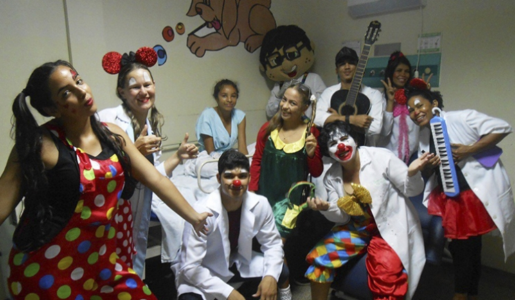 Voluntários alegram pacientes no Hospital Regional do Sudeste